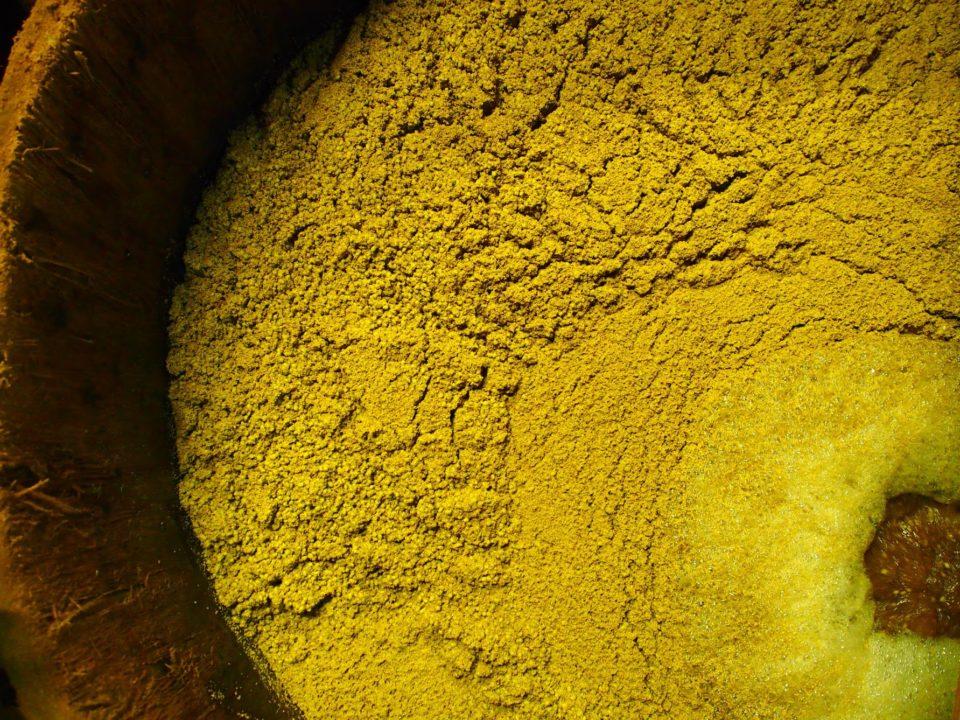 大きな杉桶に麹を漬け込む