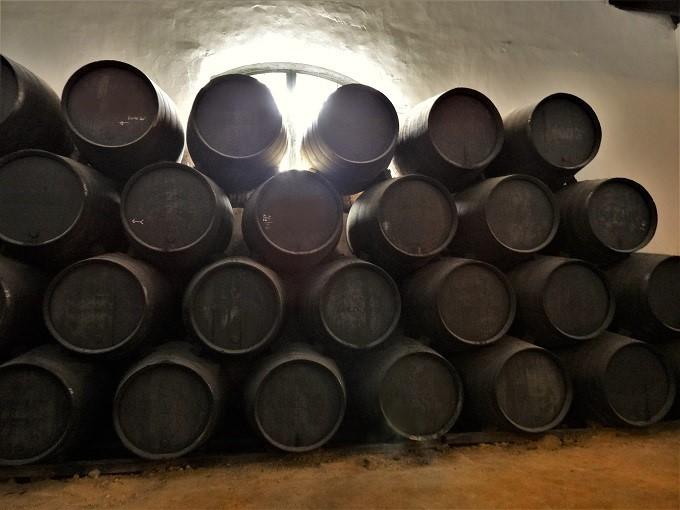 ワインも眠らせて発酵を促します