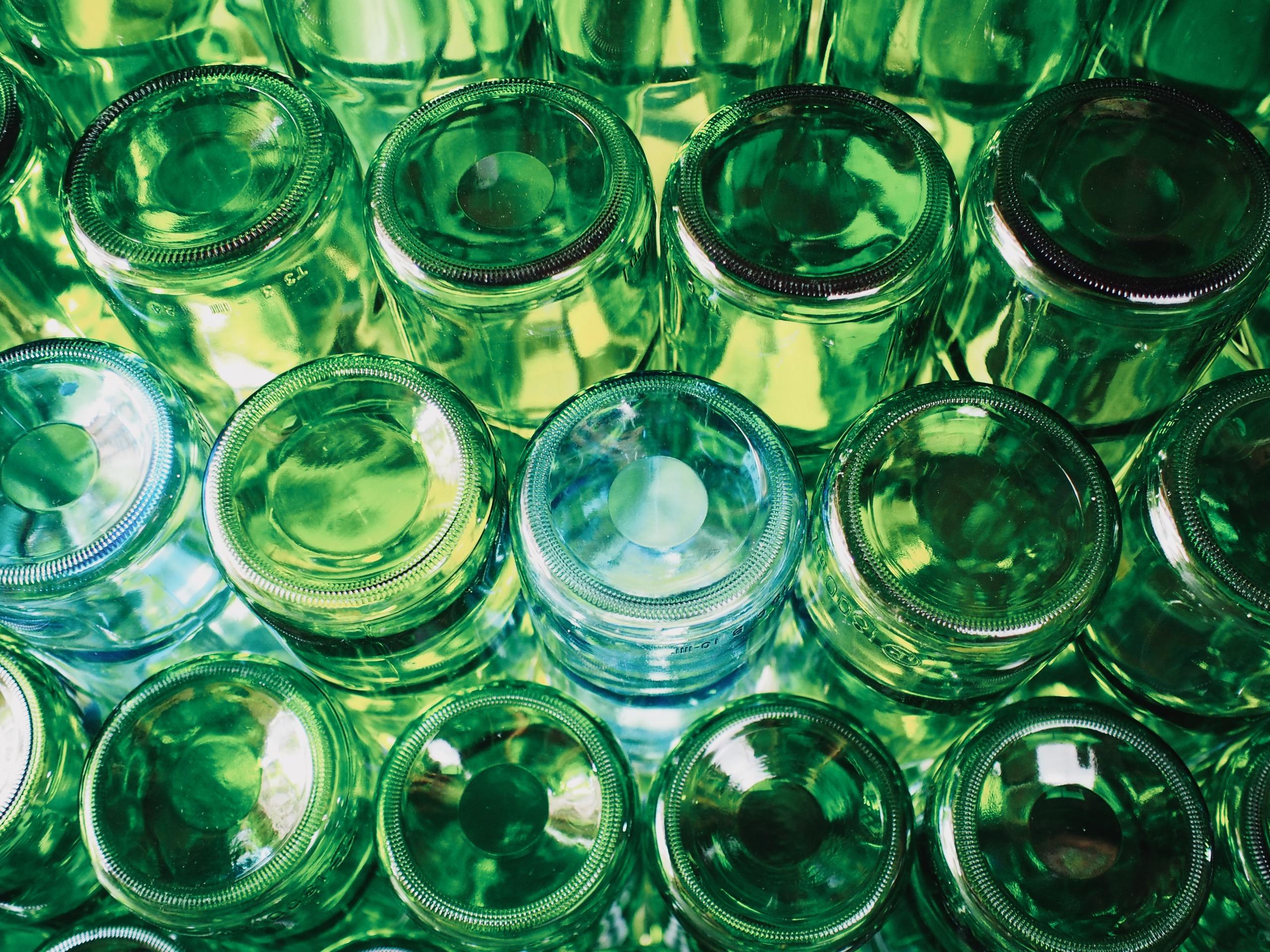 ガラスびんはおいしさを保存するのに良いです。リユースもできます。