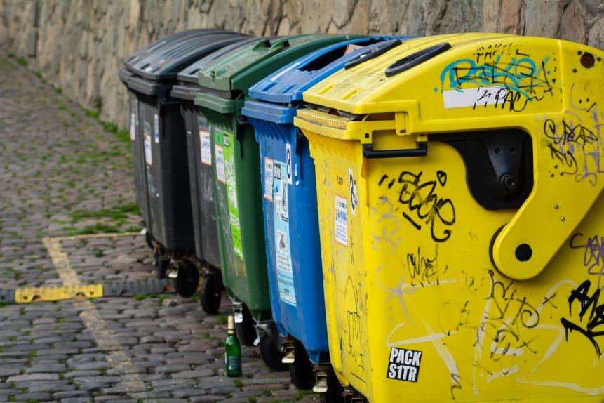 リサイクル用のカラフルなゴミ箱